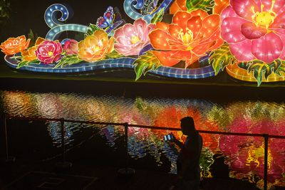 River Hongbao blooms with light