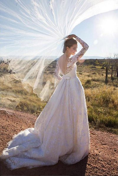 <strong>Who:</strong> <em>Girls</em> actress Allison Williams married Ricky Van Veen<br /><strong>Dress:</strong> Oscar De La Renta<br /><strong>Where:</strong> Brush Creek Ranch in Saratoga, Wyoming, USA