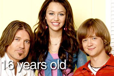 When Hannah Montana premiered in 2006, Miley Cyrus played 13-year-old popstar Miley Stewart (aka Hannah Montana), and Jason Earles played her 16-year-old brother Jackson. Except he wasn't really 16...