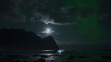 9RAW: Mick Fanning surfs under Northern Lights