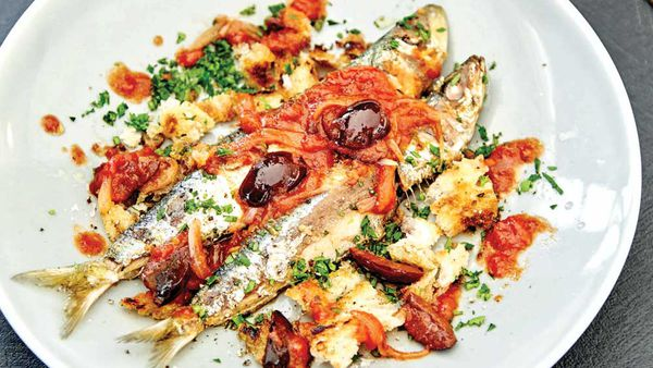 Pan fried sardine salad with tomatoes, olives and rocket_recipe