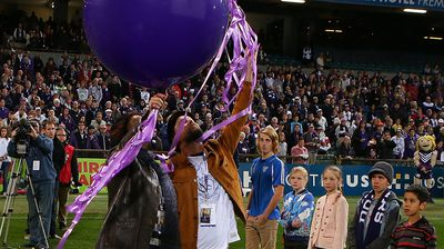 Rin Norris and Anthony Maslin parents of MH17 crash victims Evie, Mo and Otis Maslin release balloons before the Fremantle v Carlton match. (Getty Images)