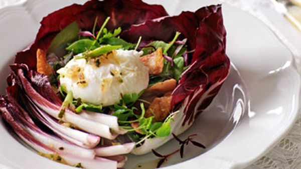 Salad with poached eggs and pancetta