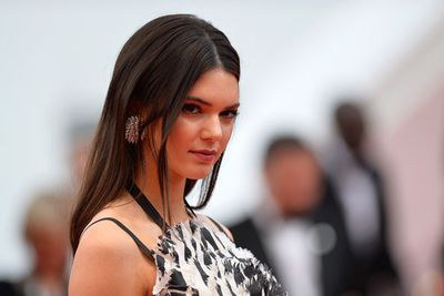 Kendall worked the red carpet like a pro. We die over those Chopard earrings!