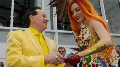 Geoffrey Edelsten has proposed to his American girlfriend Gabi Grecko at the Melbourne Cup. (AAP)