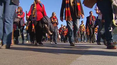 Crows supporters walk to Adelaide Oval. (9NEWS)