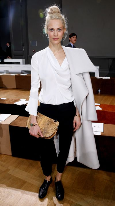 <p>She nails nonchalant coat-wearing front row atChloé's Fall 2015 show.</p>