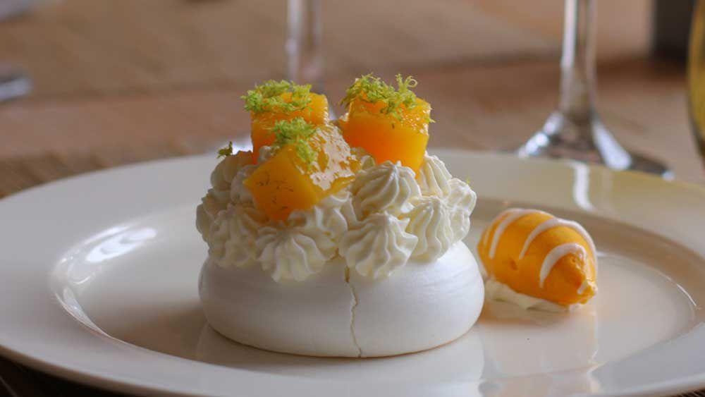 Mango pavlova dish