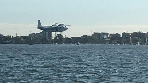 The plane moments before it crashed into the Swan River. (Supplied/Chardae Brasher)
