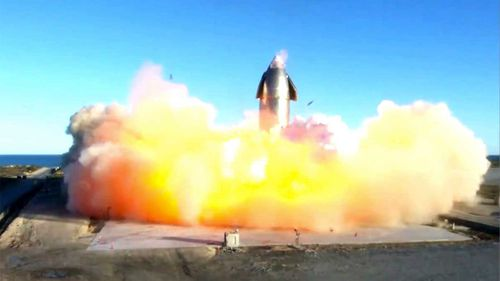 En esta imagen de un video publicado por SpaceX, la nave espacial de la compañía está envuelta en llamas y se rompe al aterrizar después de un vuelo de prueba.