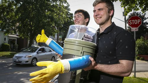 Hitchhiking robot thumbs its way across Canada