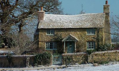 <strong>A Surrey cottage like Kate Winslet's in <em>The Holiday</em> (2006)</strong>