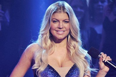 Fergie looked super sexy at Dick Clark's New Year's Eve in Los Angeles. Love the soft waves and understated make-up.