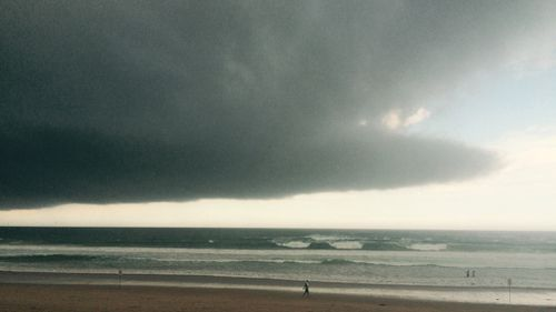 Storm clouds roll in above Manly beach in NSW. (9NEWS)