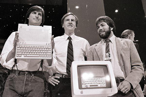Wozniak (right) with Steve Jobs (left) in 1984. (AAP)