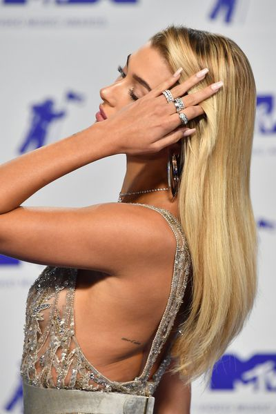 Hailey Baldwin showing her tattoo at the 2017 MTV Video Music Awards on August 27, 2017 in LA