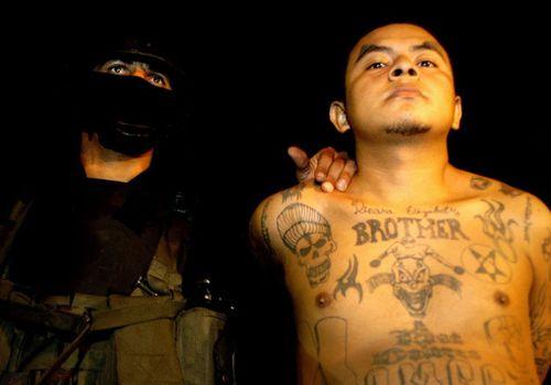 El Salvador police detain a suspected MS-13 gang member. (Photo: AP).