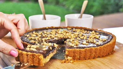 Easy salted chocolate caramel peanut tart hack