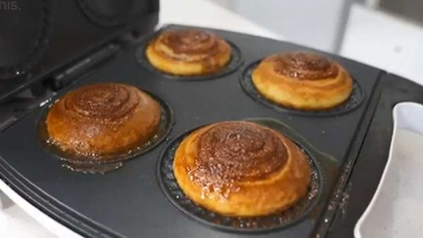 Five ingredient cinnamon scrolls in the pie maker recipe