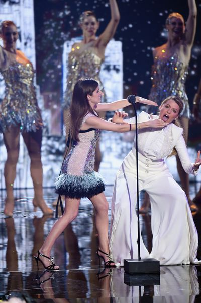 Anna and Blake joke around on stage at the 2018 MTV Video Music Awards.