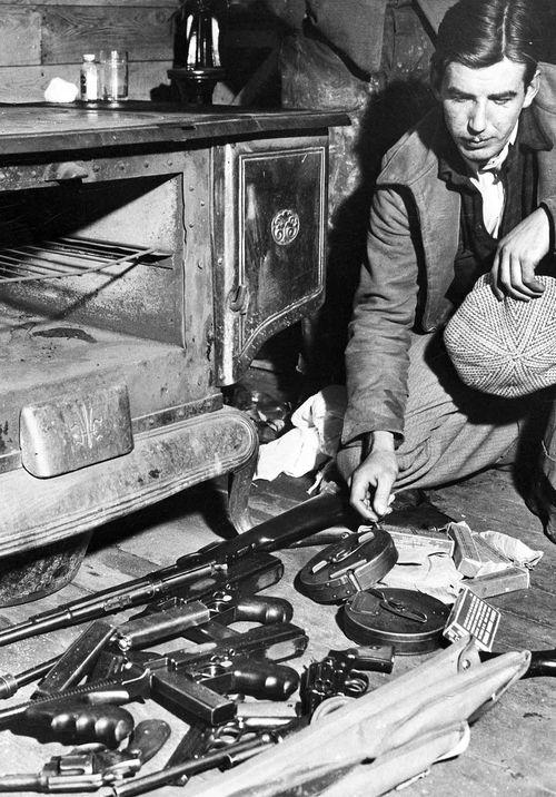 Authorities display a cache of weapons belonging to John Dillinger. (AP)