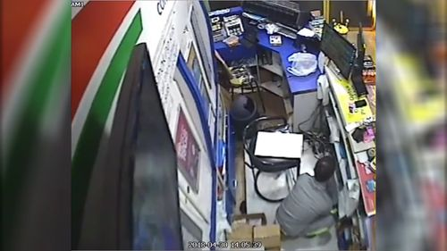 The robber then returns a short time later to take the safe (9NEWS)