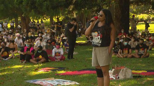 Seorang pembicara pada protes Hari Invasi di Sydney.