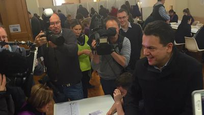Nick Xenophon casting his vote. (Facebook/Nick Xenophon)