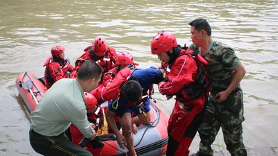 Seventeen people dead after dragon boats capsize