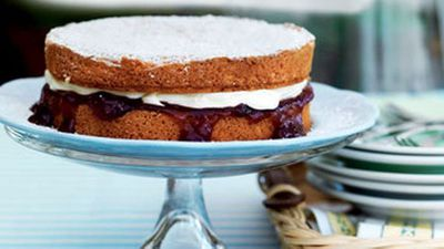 <strong>Sponge cake with strawberry jam</strong>