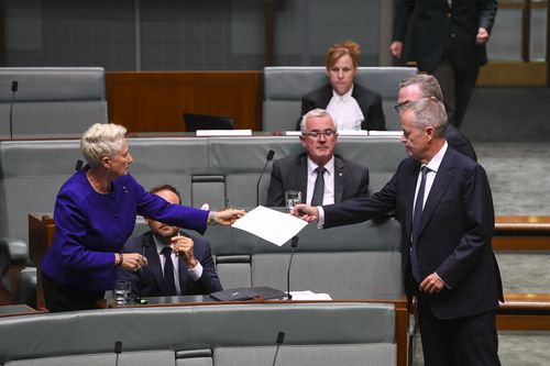 Kerryn Phelps hands Bill Shorten a piece of paper during the session.