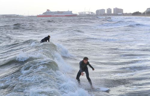 The cold snap has also driven in wild winds, making for a good swell at Port Phillip Bay. (AAP)