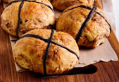 """<a href="""" /recipes/ichocolate/9100769/chocolate-infused-hot-cross-buns """" target=""""_top"""" draggable=""""false"""">Healthier chocolate infused hot cross buns</a>"""