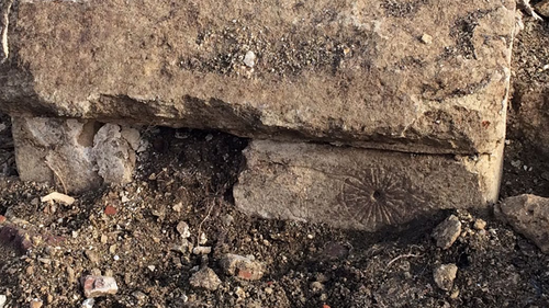 One example of the  'witch marks' was found low down in the west buttress close to ground level.