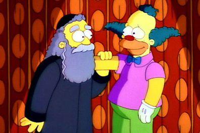 """بعد أن سخر العارض آل جان من وفاة أ """"sympatyczny"""" osobowość , <i></noscript> Simpsonowie </ i> Spekulacje fanów nabrały rozpędu od miesięcy.  Reklama promocyjna premiery 26. sezonu nawet wskazywała, że Homer otrzymuje zamówienia na karierę! </p> <p>  Uwaga, spoiler: zabili ojca klauna, rabina Hymana Krustofsky'ego (głos Jackie Mason).  Kim jest?  Fani byli zawiedzeni przez długi czas po całym szumie marketingowym.""""/><figcaption><span>Jackie Mason użyczył głosu rabinowi Hymanowi Krustofsky'emu w The Simpsons. </span></figcaption></figure> <p><span>Kolejne jednoosobowe występy na Broadwayu obejmowały Jackie Mason: Brand New w latach 1990-91, Jackie Mason: Political Incorrect w latach 1994-95, Love Thy Neighbor w latach 1996-97, Wiele hałasu o wszystko w latach 1999-2000 oraz """"Jackie Mason : Freshly Squeezed"""" w 2005 roku. Jego ostatni solowy program """"Jackie Mason: The Ultimate Jew"""" pominął Broadway.</span></p> <p><em><span>różnorodny</span></em><span>    Napisał o Rozwiedzionym Żydu: """"Sceneria jest jednym długim ciosem światowej hipokryzji, obsypana jedną okładką skarbców 'Weź moją żonę, proszę'"""". Mason może być boleśnie staromodny, jak wtedy, gdy milion żartów o drogich restauracjach można powiedzieć, Która oferuje drobne role, ale wydaje się, że to nie obchodzi.Dla starzejącej się publiczności, często pomijanej przez przemysł rozrywkowy, odmowa komika bycia nowoczesnym – i jego kpiny na nowoczesne sposoby – mogą być pocieszającym przejawem solidarności. """"</span></p> <p><strong><span>Związane z:</span></strong><span> </span><a target="""