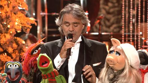 The Muppets and Andrea Bocelli perform 'Jingle Bells'