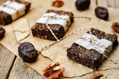 <strong>Bulk up chocolate bars with dates</strong>