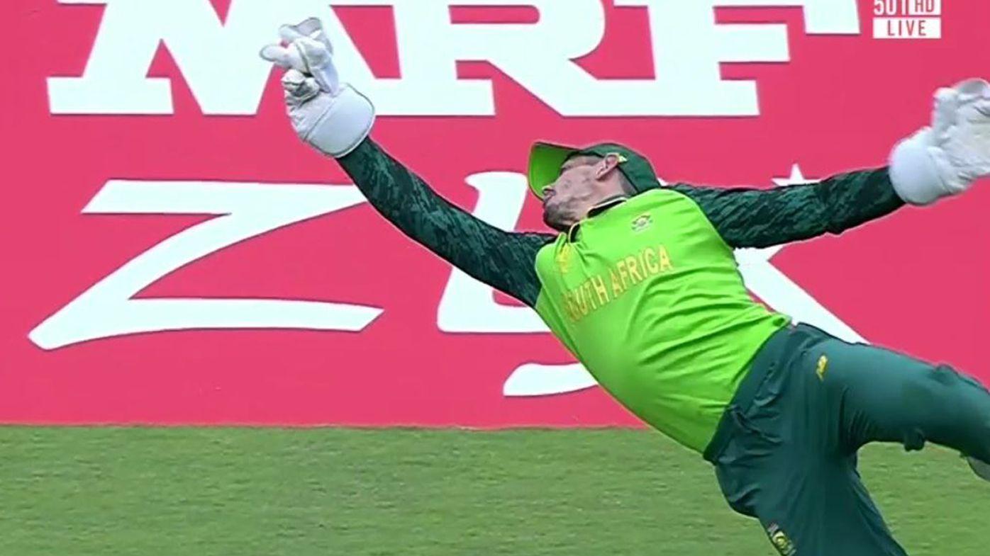 Virat Kohli dismissed by stunning Quinton de Kock catch