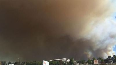 Smoke billowing into the air from the out of control bushfire near Whiteman Park. (Perth Potter, Twitter)