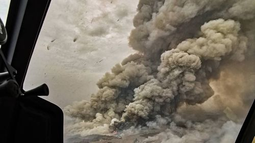 The bushfire as captured by Trent Lawsone as it approached the town of Parndarna Kangaroo Island