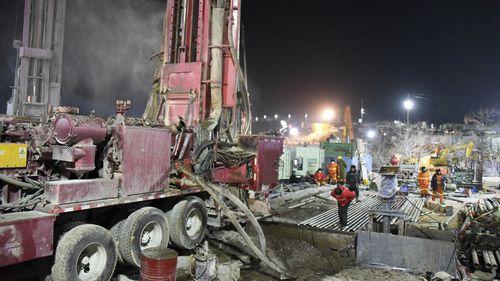中国官方媒体说,被金矿爆炸困住一周的22名工人中,有12名还活着,数百名救援人员试图将他们带到安全地带。