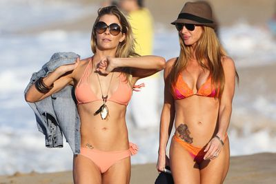Leann Rimes hit Hawaii in a skimpy bikini- her favourite attire, it seems!