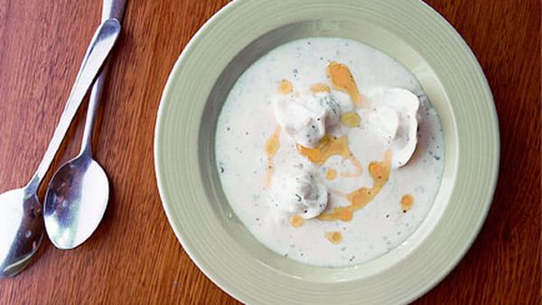 Hot yoghurt soup with chicken and pistachio mante
