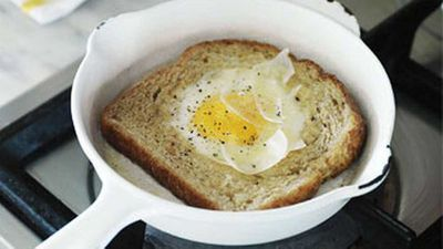 <strong>Eggs fried in toast</strong>