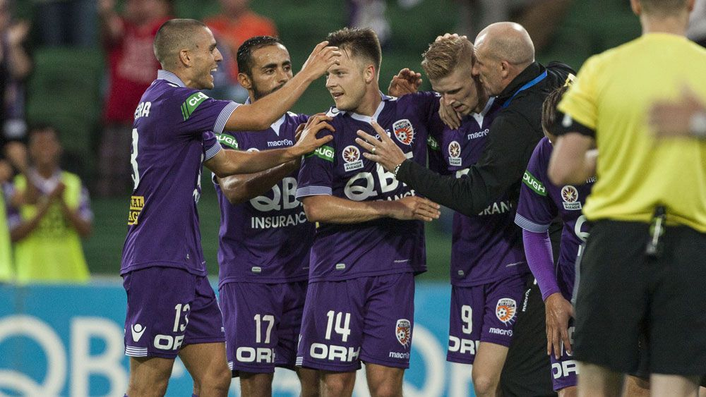 Glory beat 10-man Victory 3-2 in Perth