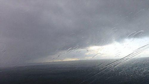 Menacing storm front moves across Corio Bay, Victoria. (Andrew Lund/9NEWS)