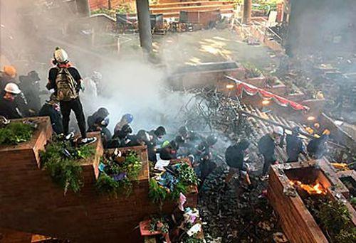 Protestors blockading Hong Kong campus (AAP)
