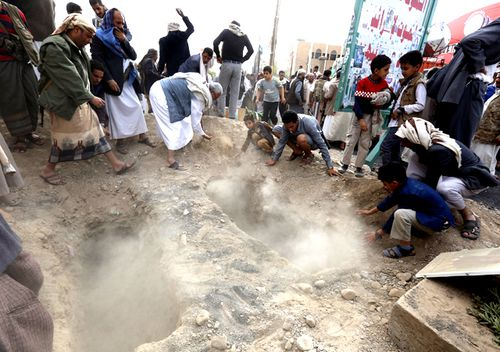 Yemenis bury the bodies of Houthi militia members allegedly killed during recent fighting. (AAP)