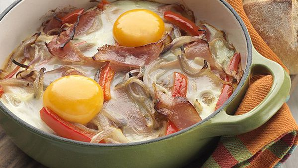 Egg pan with leg ham, red onion and capsicum
