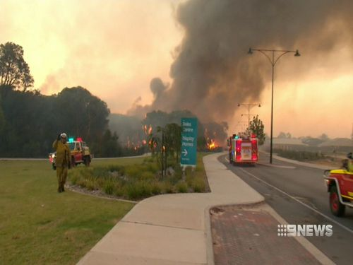 Aveley residents in Perth's north-east had no official warning until two hours after the fire started. (9NEWS)